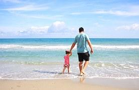 padre e hijo en la playa jugando